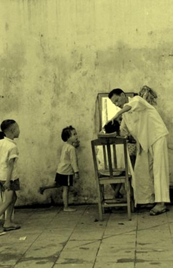 000.Cắt tóc vỉa hè - một hình ảnh thân quen đến bây giờ vẫn còn ở Hà Nội.