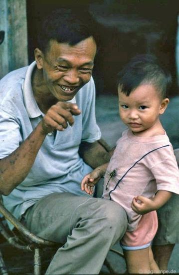 Ông nội và cháu cùng với chú chuồn chuồn buộc chỉ.