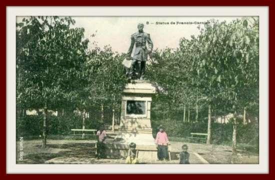 Tượng đài Francis Garnier trong công viên nhỏ trước nhà hát thành phố