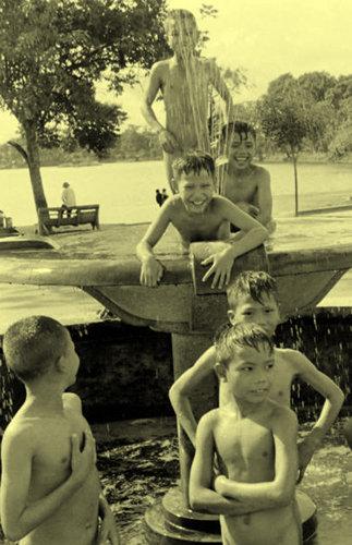 Trẻ em tắm ở đài phun nước