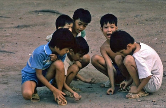 Tuổi thơ gắn liền với những trò chơi búng bi, nhảy lò cò, ô ăn quan....