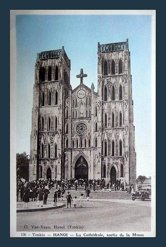 001.Giờ tan lễ. Nhà thờ này do GM Puginier thiết kế và đứng ra trông coi xây dựng trong 4 năm, hoàn tất vào năm 1888