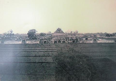 002.Lầu Đoan Môn (1884 – 86). Ảnh- Hocquard.