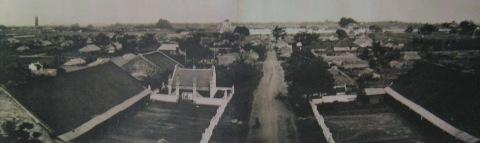 002.Toàn cảnh thành Hà Nội nhìn từ Cửa Đông (1873). Ảnh- Musée Guimet, Gsell