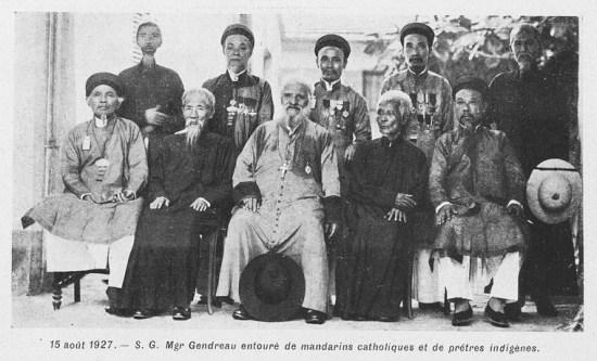 003.Giám mục Hà Nội Gendreau với các quan lại theo đạo và linh mục người Việt.