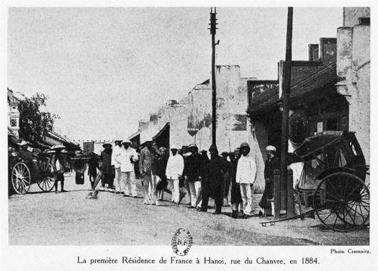 003.Tòa Trú sứ đầu tiên của Pháp tại Hà Nội trên phố Hàng Gai, năm 1884.