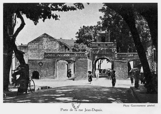 004.Cửa Ô Quan Chưởng trên phố Jean-Dupuis - tên gọi Pháp của phố Hàng Chiếu