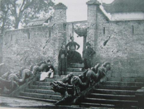 006.Bậc thềm điện Long Thiên được xây công sự bảo vệ (khoảng 1890). Ảnh- ASEMI.
