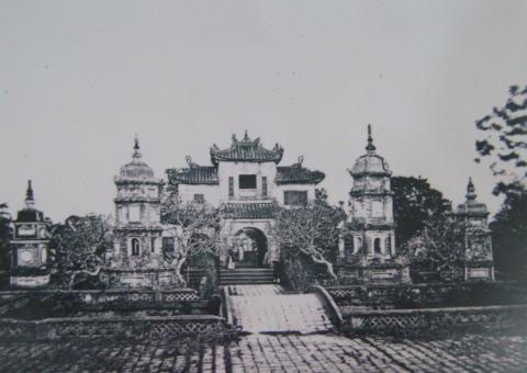 007.Chùa Báo Ân bị phá năm 1888 để xây Sở Bưu điện. Ảnh- BNF