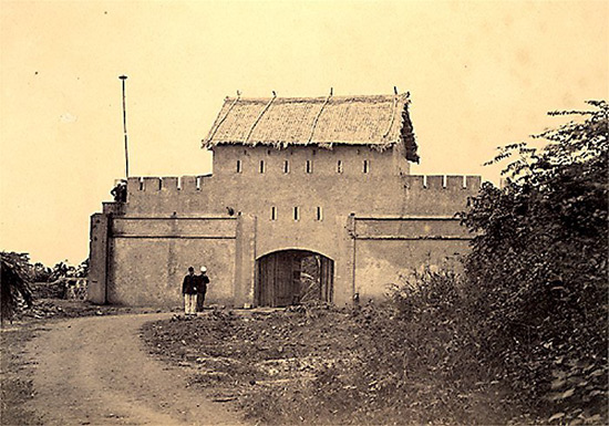 010.Đồn lính Pháp trong thành Hà Nội.