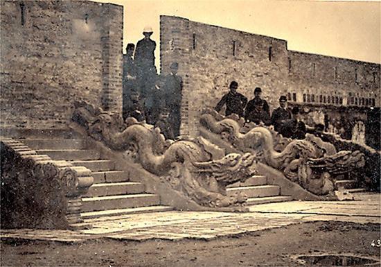 012.Quân Pháp chiếm điện Kính Thiên trong thành cổ làm nơi đóng quân.