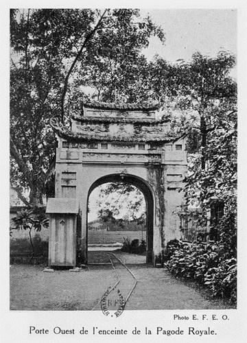 014.Một cánh cổng ở phía Tây thành Hà Nội.