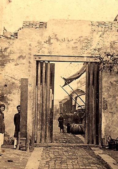 015.Một cửa nhỏ dẫn vào thành Hà Nội.