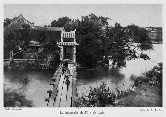 016.Cầu dẫn vào đền Ngọc Sơn.