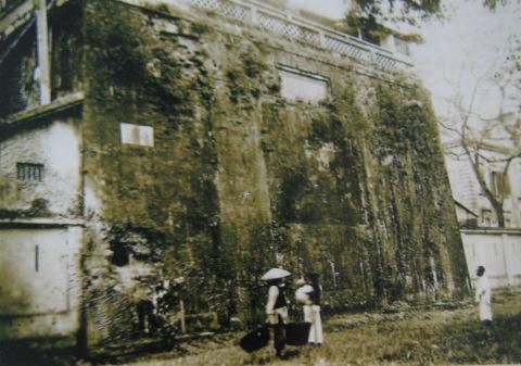 12.Sau chiến tranh chỉ còn thành Cửa Bắc. Thành Cửa Bắc có tường bao quanh nhìn từ bên ngoài (1910)