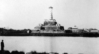 18.Kỳ đài (bây giờ là Cột cờ Hà Nội) được chuyển thành tháp canh, lầu Đoan Môn ở phía sau (1891)