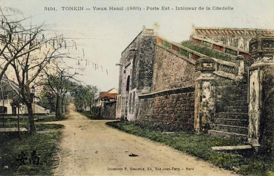 Tonkin. Vieux Hanoï (1880) - Porte Est, intérieur de la Citadelle-cửa Đông phía trong thành