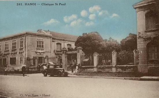 002.Ô tô đỗ bên đường trước bệnh viện Saint Paul