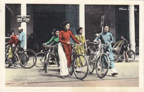 011.Những thiếu nữ Hà Nội trên phố Hàng Bài