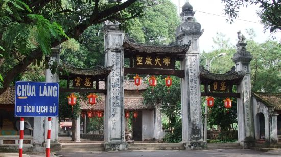 Cổng chùa uy nghiêm