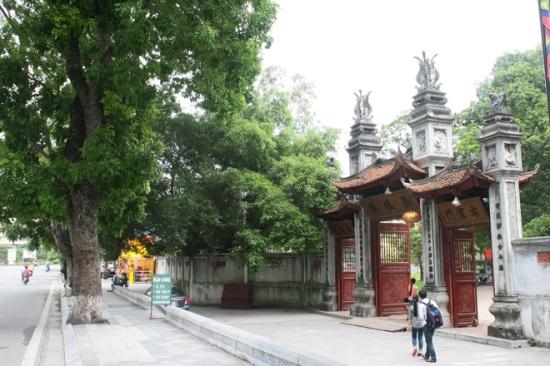 Cổng vào đền Voi phục sau khi xây mới