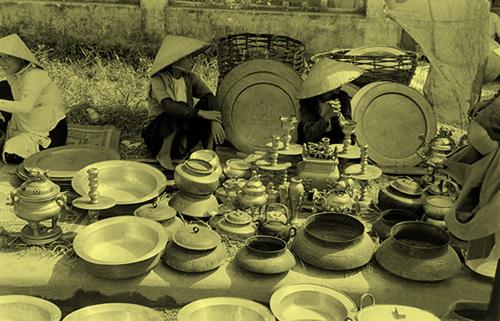 Chợ tự phát bán đồ cũ ( Năm 1954)