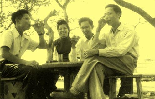 Giới trẻ Hà Thành uống nước giải khát cạnh Bờ Hồ.