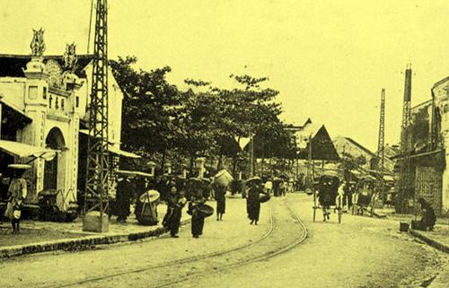 Phía trước cổng chợ Đồng Xuân