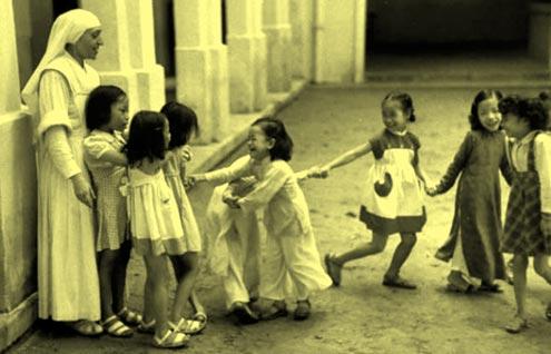 Trẻ em ở trường dòng.