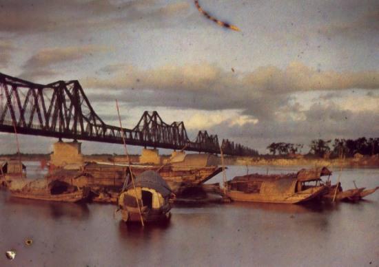 003 Cầu Long Biên là cây cầu thép đầu tiên bắc qua sông Hồng Hà Nội, ngày xưa vốn được đặt tên là Paul Doumer, theo tên của Quan Toàn quyền Đông Dương Paul Doumer. Khởi công năm 1898 và hoàn thành năm 1902.