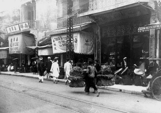 005 Hàng Đào (Hà Nội) những năm thập niên 20. Phố Hàng Đào là một phố trong khu phố cổ Hà Nội. Phố Hàng Đào nằm theo hướng bắc – nam, dài khoảng 260m. Đầu phía nam của phố là quảng trường Đông Kinh Nghĩa Thục sát bờ hồ Hoàn Kiếm, đầu phía bắc giáp phố Hàng Ngang. Tên phố có nguồn gốc từ mặt hàng vải nhuộm đỏ được bán nhiều ở phố từ xa xưa. Hiện nay Hàng Đào là phố một chiều cho các phương tiện giao thông và vẫn được coi là phố buôn bán chính. Ảnh: Charles Peyrin