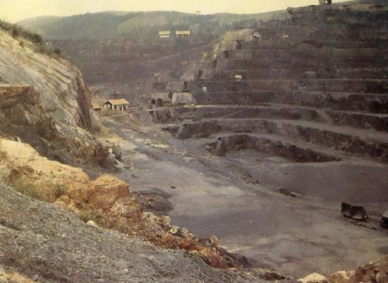 007 Mỏ than ở Hòn Gai, 1921. Ngày xưa dù là kẻ thắng trận trong Thế chiến II nhưng Pháp chịu nhiều tổn thất nặng nề về kinh tế và là con nợ lớn của Mỹ. Để bù đắp chiến phí, Pháp càng tăng cường mạnh mẽ việc khai thác thuộc địa, nhất là Đông Dương vì nơi đây vốn là một vùng đất giàu có về khoáng sản và nông nghiệp. Đặc biệt than luôn đứng đầu trong số các khoáng sản được khai thác ở Việt Nam