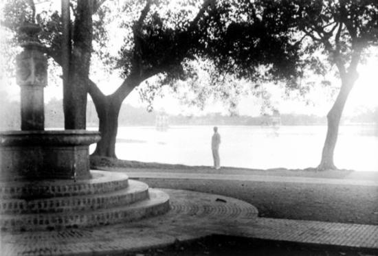 Những năm thập niên 20. Vườn hoa cạnh Hồ Gươm, góc Hàng Khay/Đinh Tiên Hoàng bây giờ. Cái đài ở góc trái ảnh giờ không còn nữa. Ảnh: Charles Peyrin