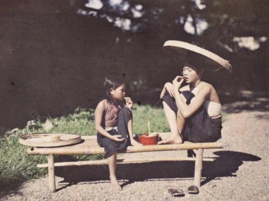 Cô gái ăn trầu (1915). Với người Việt Nam, trầu cau là biểu hiện của phong cách, vừa là thể hiện tình cảm dân tộc độc đáo. Trầu cũng được dùng để tưởng nhớ tổ tiên, để ghi nhớ công ơn nuôi nấng sinh thành của những thế hệ đi trước. Trầu cau gần gũi với ông bà chúng ta như thế nên hiển nhiên nó cũng trở thành hình tượng của văn hóa và con người Việt Nam xưa.