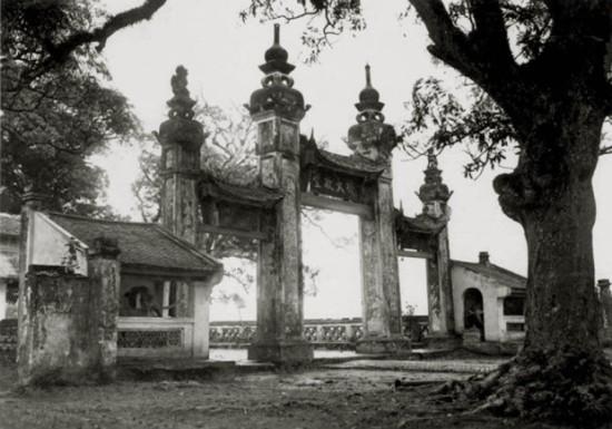 """Cổng tam quan chùa Láng. Chùa Láng còn gọi là Chiêu Thiền tự, là một ngôi chùa đường Chùa Láng, trước kia vốn là ngõ Giếng của làng Láng Thượng, quận Đống Đa, Hà Nội. Tên chùa có ý nghĩa rằng: """"Vì có điều tốt rõ rệt nên gọi là Chiêu. Đây là nơi sinh ra Thiền sư Đại Thánh nên gọi là Thiền"""". Người Pháp gọi là Pagode des Dames. Còn cổng tam quan là một loại cổng có ba lối đi thường thấy ở chùa chiền theo lối kiến trúc truyền thống Việt Nam. Cổng tam quan mang ý niệm """"ba cách nhìn"""" của Phật giáo gồm có """"hữu quan"""", """"không quan"""" và """"trung quan"""", thể hiện cái sắc (giả), cái không (Vô thường) và trung dung của cả hai."""