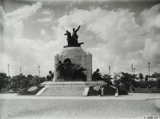 Hà Nội 1928, tượng đài kỷ niệm binh lính Pháp và Việt chết trong Đệ nhất Thế chiến. Thời Pháp thuộc là một giai đoạn của lịch sử Việt Nam, bắt đầu từ năm 1884 đến 1945. Đây là thời kỳ Việt Nam, cùng với Lào và Campuchia thuộc Đông Dương, trở thành thuộc địa của Pháp. Sau khi xâm chiếm thành công Đông Dương, người Pháp chia Việt Nam ra làm 3 xứ riêng lẻ là Bắc Kỳ, Trung Kỳ và Nam Kỳ; cùng với 2 xứ bảo hộ Ai Lao (Lào) và Cao Miên (Campuchia) trở thành Liên bang Đông Dương.