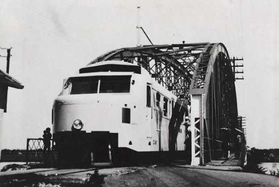 Tàu hỏa Hà Nội-Hải Phòng đang chạy qua cầu Phú Lương, Hải Dương. Tuyến đường sắt Hà Nội – Hải Phòng dài 102 km được thực dân Pháp khởi công xây dựng từ năm 1901 nhằm mục tiêu biến con đường huyết mạch này thành phương tiện chủ yếu phục vụ cho cuộc chiến tranh xâm lược tại vùng Bắc Bộ.