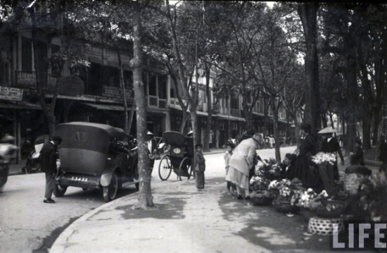 Chợ hoa góc hàng Khay – Đinh Tiên Hoàng. Thời Pháp thuộc, đầu phố bên phía hồ Gươm từng là chợ hoa trong khoảng nửa thế kỷ. Ngoài ra ở đây còn có nghề khảm trai, thế nên mới có tên phố Hàng Khay – ở đây chuyên làm nghề đồ gỗ khảm trai, trong đó có mặt hàng khay.