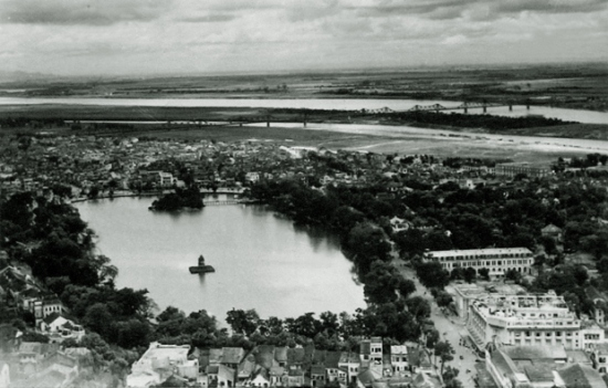 Hồ Gươm nhìn từ trên cao.