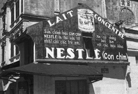 Hà Nội 1940. Một biển quảng cáo sữa đặc Nestle. Ảnh: Harrison Forman