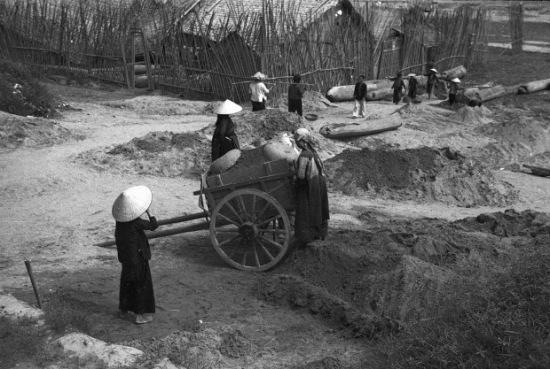 Hà Nội 1940. Người dân đang xây dựng hầm trú ẩn, trong giai đoạn này trẻ em cũng phải tham gia lao động. Ảnh: Harrison Forman
