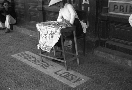Hà Nội 1940. Một cửa hàng vé số dạo. Ảnh: Harrison Forman