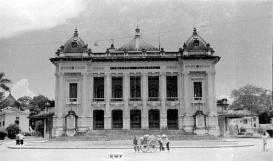 Hà Nội 1940. Nhà hát lớn Hà Nội được người Pháp khởi công xây dựng năm 1901 và hoàn thành năm 1911 theo mẫu Nhà hát Opéra Garnier ở Paris nhưng mang tầm vóc nhỏ hơn và sử dụng các vật liệu phù hợp với điều kiện khí hậu địa phương Việt Nam. Ảnh: Harrison Forman