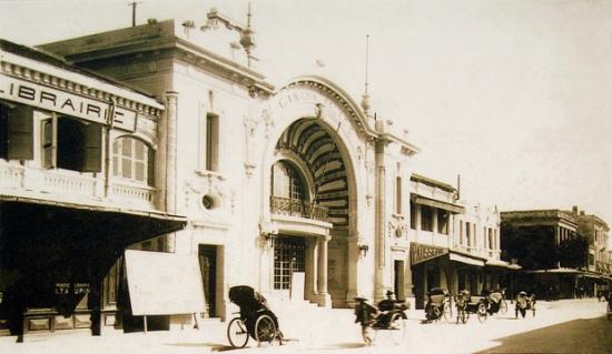 Đây chính là rạp Eden (khi đó còn tên là Cinema Palace) ở trên trước khi bị thay mặt tiền.