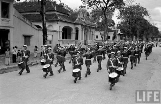 Ban quân nhạc Lê dương Hải ngoại Pháp diễn hành trên con đường chính của Lạng Sơn, 1950.