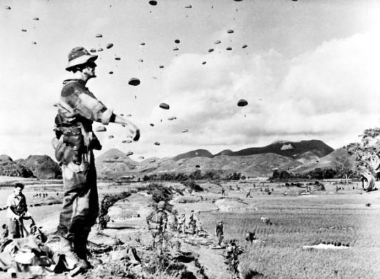 """Ngày 17 tháng 7 năm 1953, lúc 08h sáng, Trung úy Rivier, Y sĩ trưởng của Tiểu đoàn 6 Nhảy dù Thuộc địa đứng quan sát đơn vị mình đang hạ xuống bằng dù (tại phía bắc Lạng Sơn, dọc theo Quốc Lộ 4) trong chiến dịch """"Chim én"""". Chiến dịch này nhằm mục đích phá hủy các kho vũ khí và trang thiết bị ở gần thành phố Lạng Sơn, nơi đã trở thành một trung tâm tiếp nhận vũ khí do Trung Quốc giúp Việt Minh kể từ tháng 10 năm 1950."""