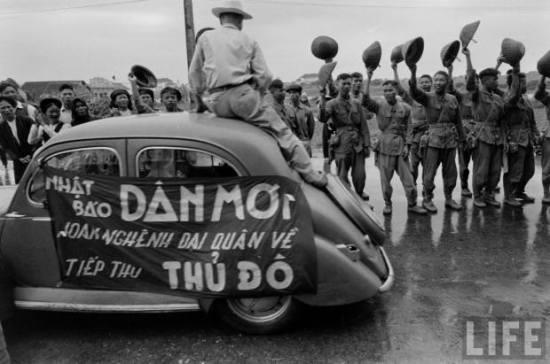 Hà Nội ngày giải phóng, 10/10/1954. Sau khi chính quyền lâm thời Việt Nam Dân chủ Cộng hòa tuyên bố Việt Nam độc lập, thực dân Pháp, dưới danh nghĩa lực lượng Đồng Minh, tiến vào Đông Dương để giải giáp quân Nhật nhưng kỳ thực với mưu đồ tái chiếm thuộc địa. Chính quyền Việt Nam đã cố gắng hòa hoãn, nhưng cục diện càng lúc càng căng thẳng. Năm 1946 mở màn Chiến tranh Đông Dương lần thứ nhất giữa lực lượng Việt Minh và quân viễn chinh Pháp. Với lực lượng chênh lệch, vũ khí thô sơ, thiếu thốn, phải chống lại lực lượng tinh nhuệ được vũ trang hiện đại của Pháp, quân đội Việt Nam cầm chân và tiêu hao quân Pháp trong gần 2 tháng, sau đó các lực lượng Quyết tử Việt Nam đã thực hiện chiến thuật chiến tranh đô thị cầm chân quân Pháp, tạo thời gian để chính quyền Việt Nam rút về chiến khu và tổ chức cuộc chiến tranh lâu dài về sau. Về phía Pháp, chiếm được Hà Nội với tổn thất tương đối nhỏ, quân Pháp tin tưởng sau khi chiếm được Hà Nội, họ sẽ có thể dễ dàng và nhanh chóng bình định được toàn bộ Việt Nam, nhưng cuộc chiến đã kéo dài đến chín năm, kết thúc tại chiến trường Điện Biên Phủ với thất bại hoàn toàn của người Pháp.