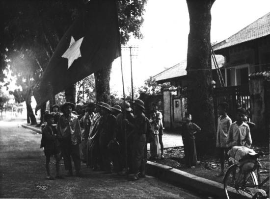 Với thất bại tại Điện Biên Phủ, Pháp buộc phải ký Hiệp định Geneve, đồng thời rút hết quân về nước. Đúng tám giờ ngày 10/10/1954, các đơn vị quân đội nhân dân Việt Nam tiến vào từ 5 cửa ô, tiếp quản Thủ đô sau chín năm bị tạm chiếm.