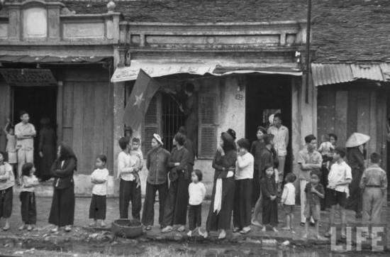 Dân đứng bên đường xem quân Pháp rút lui. Hà Nội, 10.10.1954