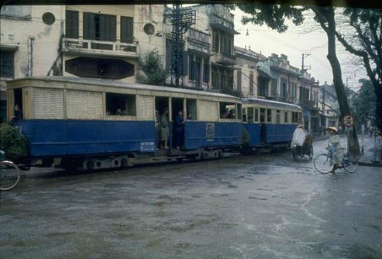 1967. Xe điện chạy qua trung tâm Hà Nội ( góc Avenue Puginier và Rue du Coton trong bản đồ năm 1936, nay là góc Điện Biên Phủ-Phố Hàng Bông, cạnh vườn hoa Cửa Nam)
